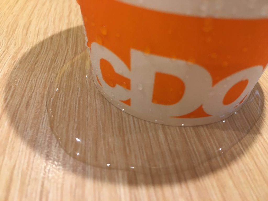 アイスコーヒーの水滴たまりすぎ